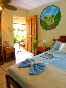 Rooms located directly next to the pool at Cabinas Jimenez